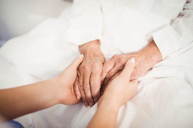 نگه-داری-زن-سالمند-توسط-پرستار