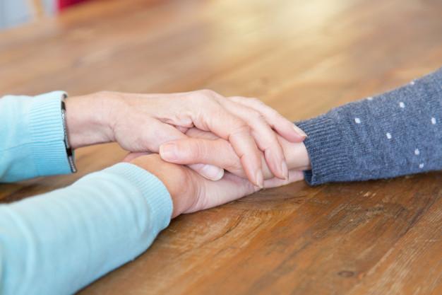 گرفتن-دست-سالمند-زن-نگه-داشتن-در-دست-دختر